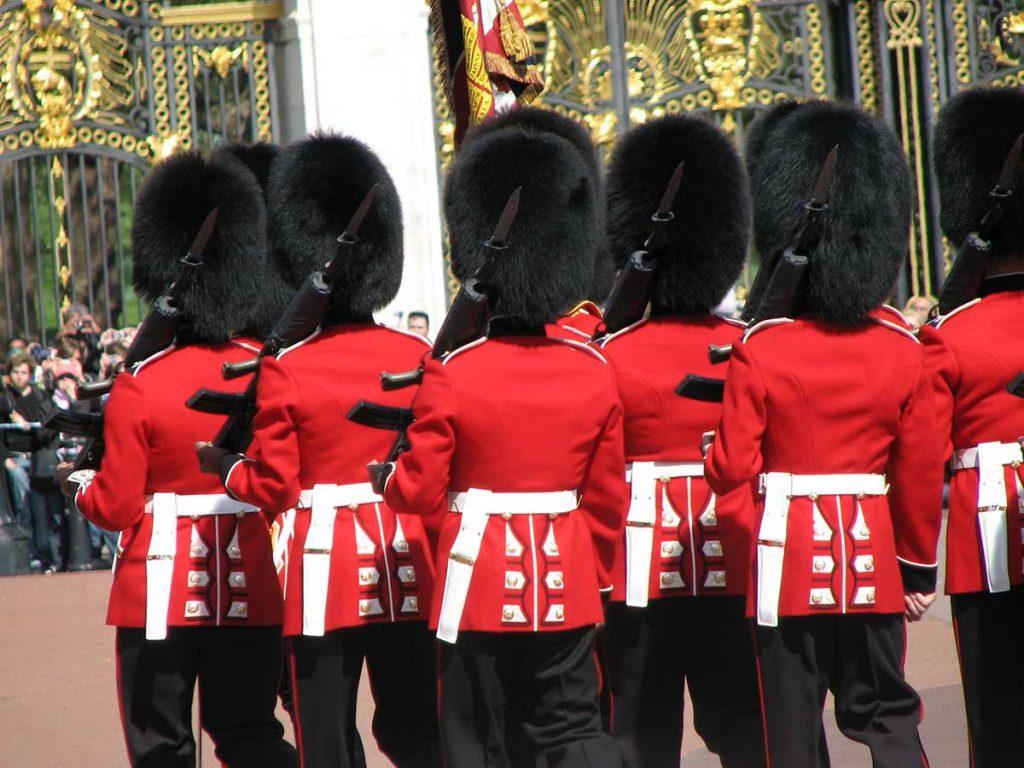 acte sexuel,bizutage,gardes de la reine d'Angleterre