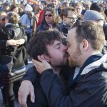 Montreal kiss-in s'embrassent contre l'homophobie
