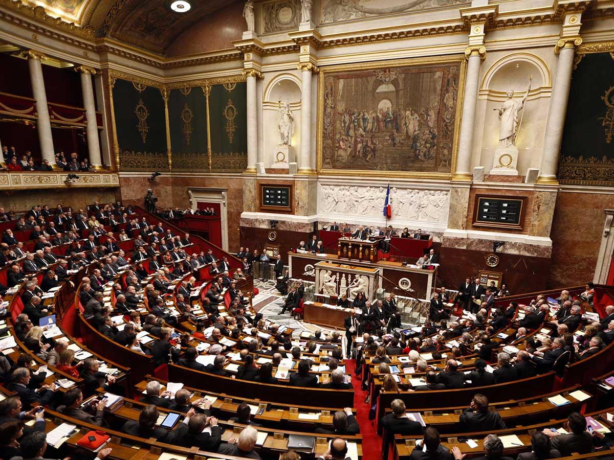Les députés LR retirent une proposition de loi polémique suite à un article de TÊTU