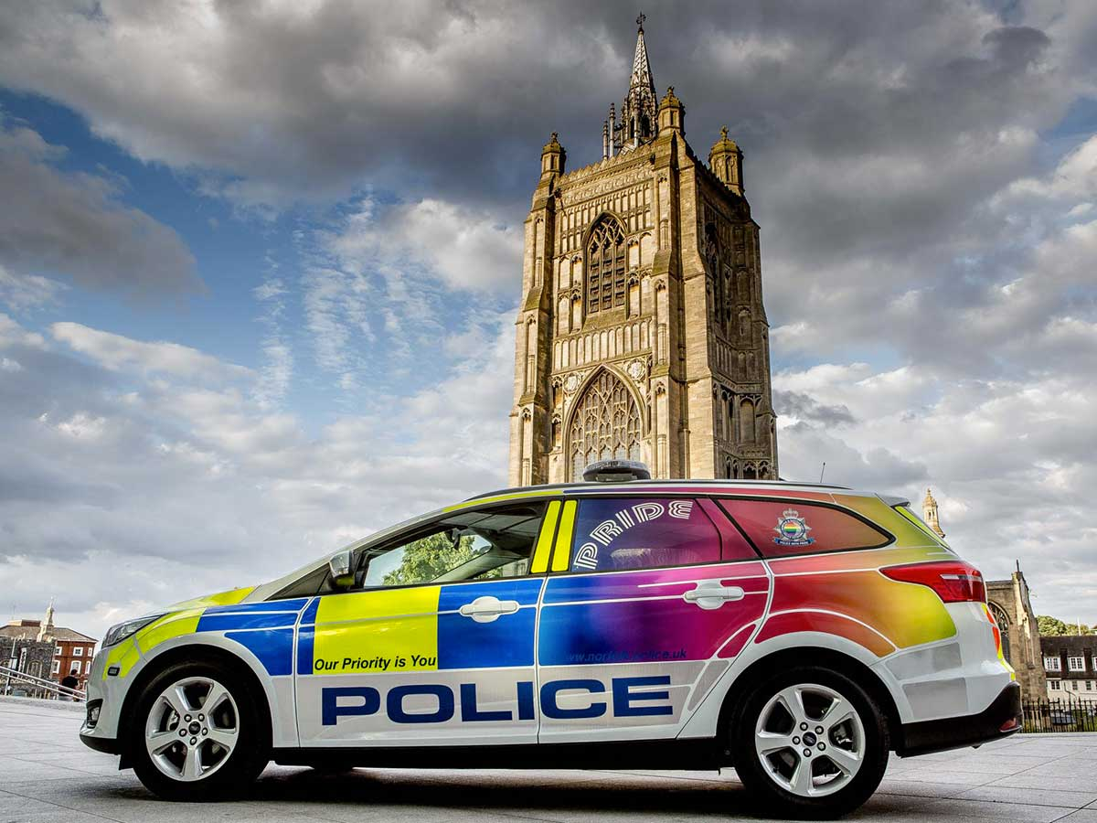 police Norwich voiture aux couleurs de l'arc-en-ciel