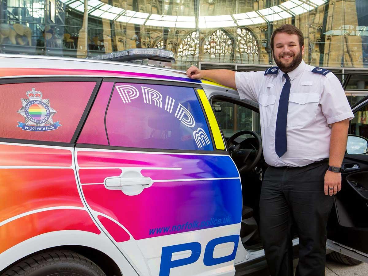 Les flics de Norwich patrouillent en voiture rainbow