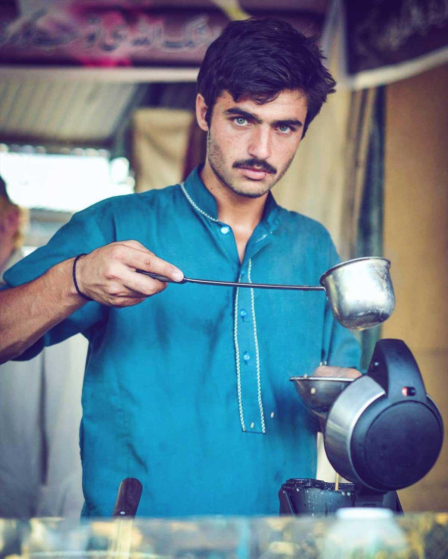 Les yeux hypnotiques d'Arshad, vendeur de thé pakistanais