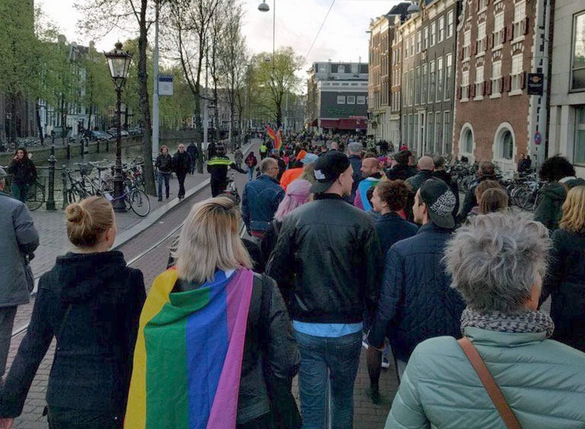 Vidéo : Deux mille personnes défilent à Amsterdam pour soutenir un couple homo