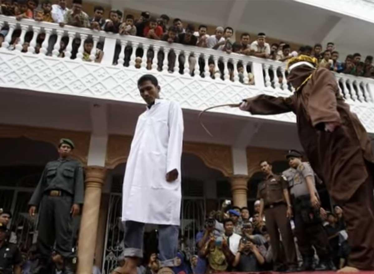 Indonésie accusés de relations homosexuelles 100 coups de bâton en public