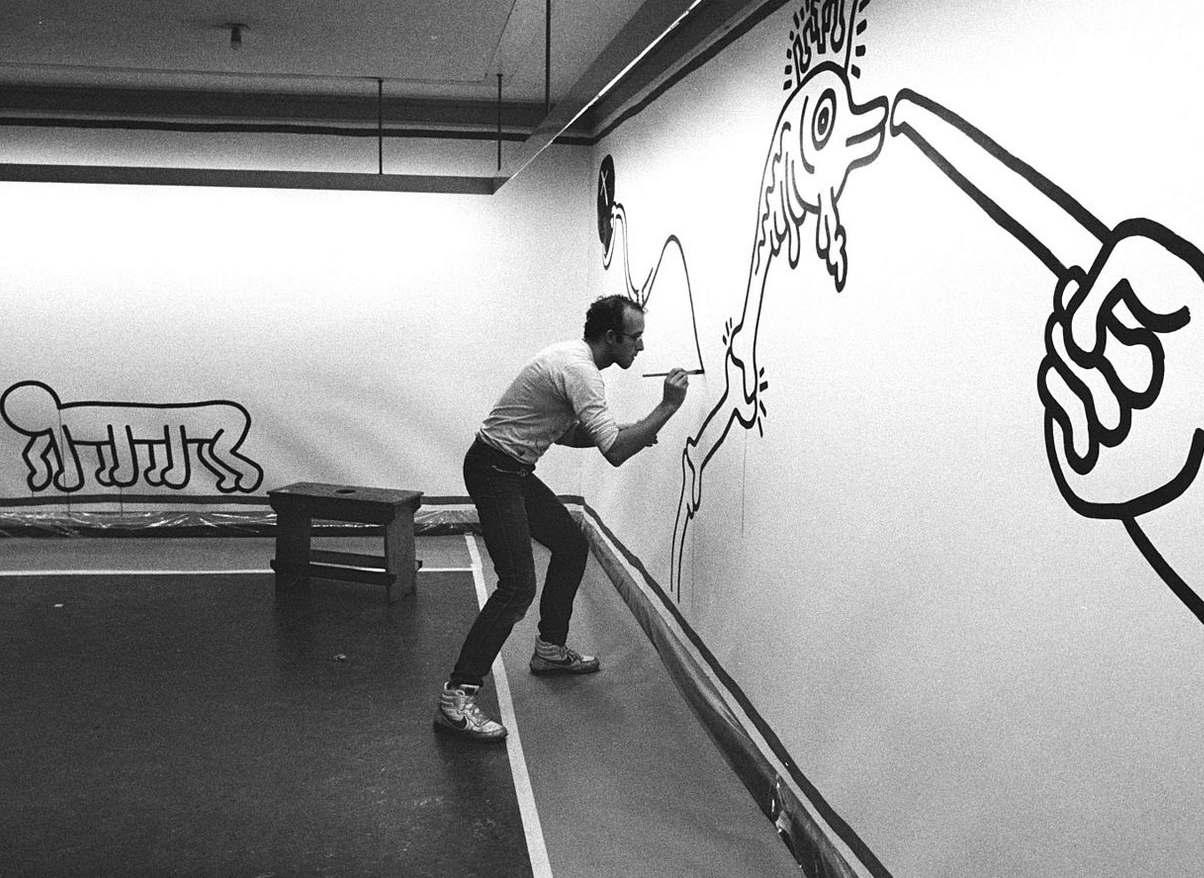 Une fresque érotique de Keith Haring retrouvée… dans des toilettes pour hommes !