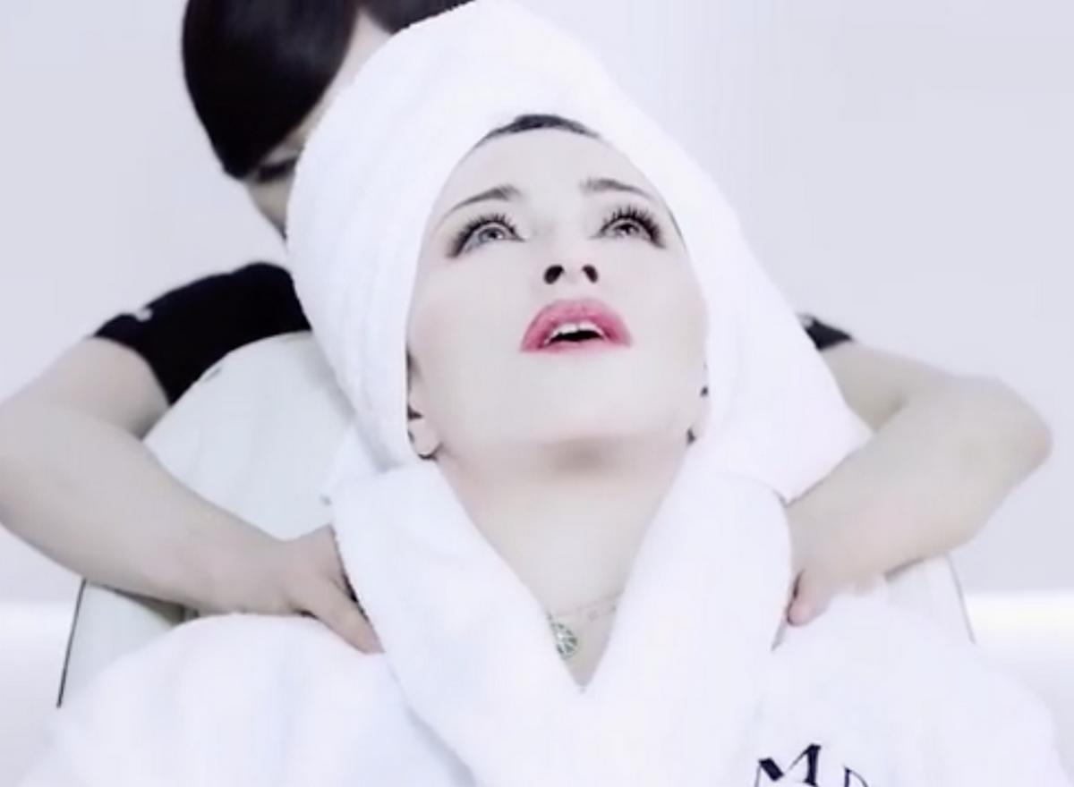 Madonna fait des sketchs barrés pour ses cosmétiques (vidéos)