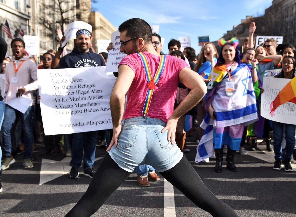 Une immense fête queer prend d'assaut un hôtel Trump pour dénoncer les violences