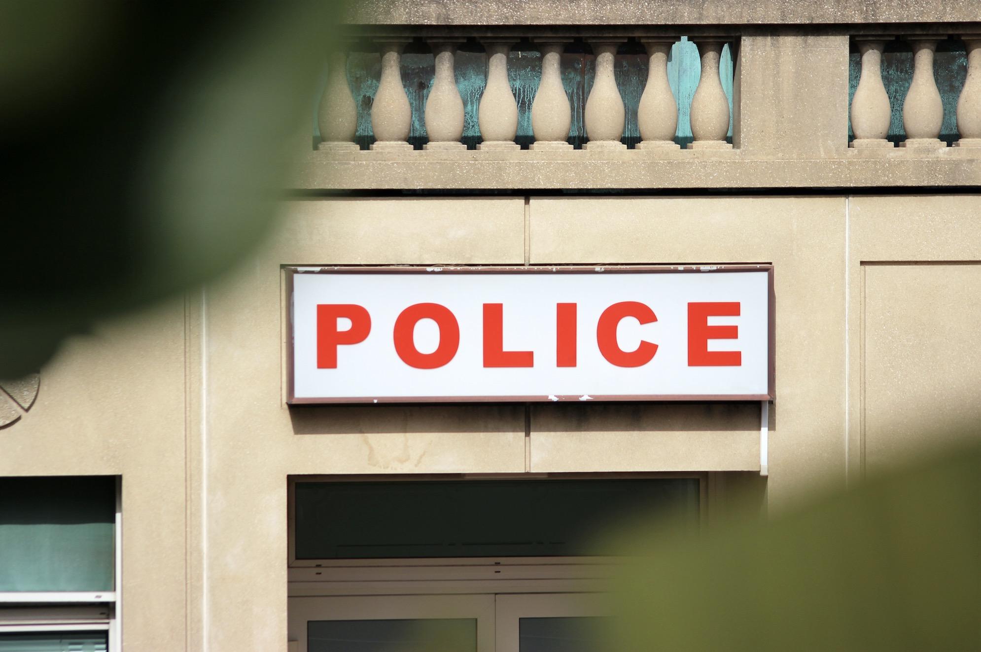 Les policiers sont-ils formés aux questions LGBT+ ? La galère du dépôt de plainte pour homophobie