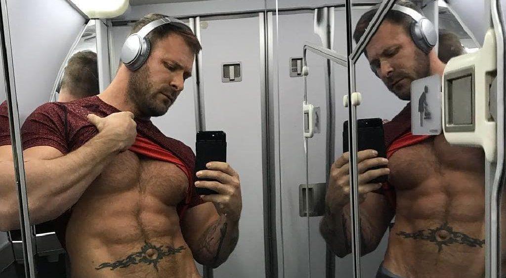Un steward suspendu pour avoir fait une fellation à une star du porno gay dans un avion