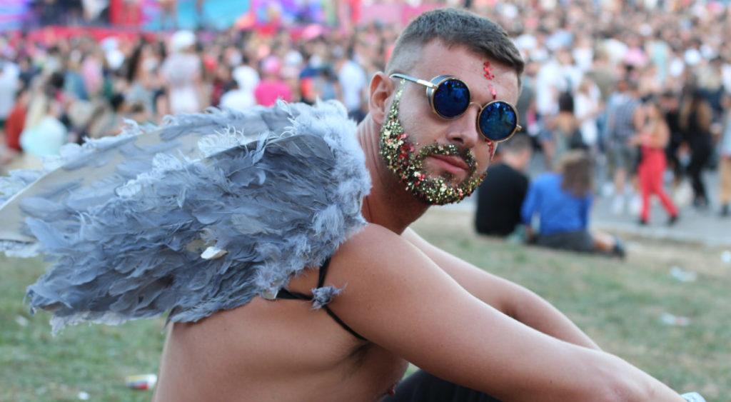 homme festival paillettes