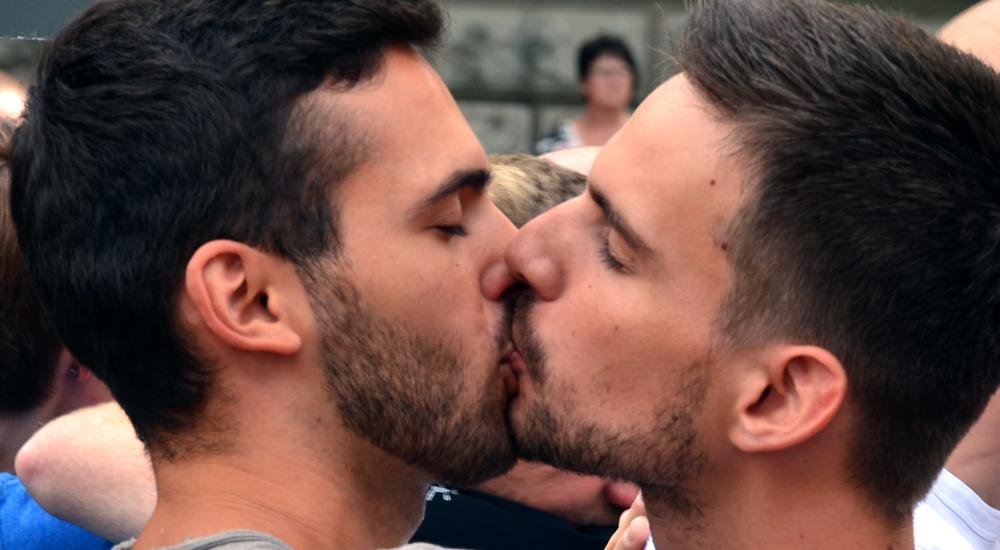 Brésil : un baiser entre personnes de même sexe pourrait valoir de la prison, selon un député