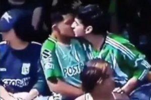 Deux supporters s'embrassent dans un stade de Medellin, le 5 mai 2019. © capture d'écran