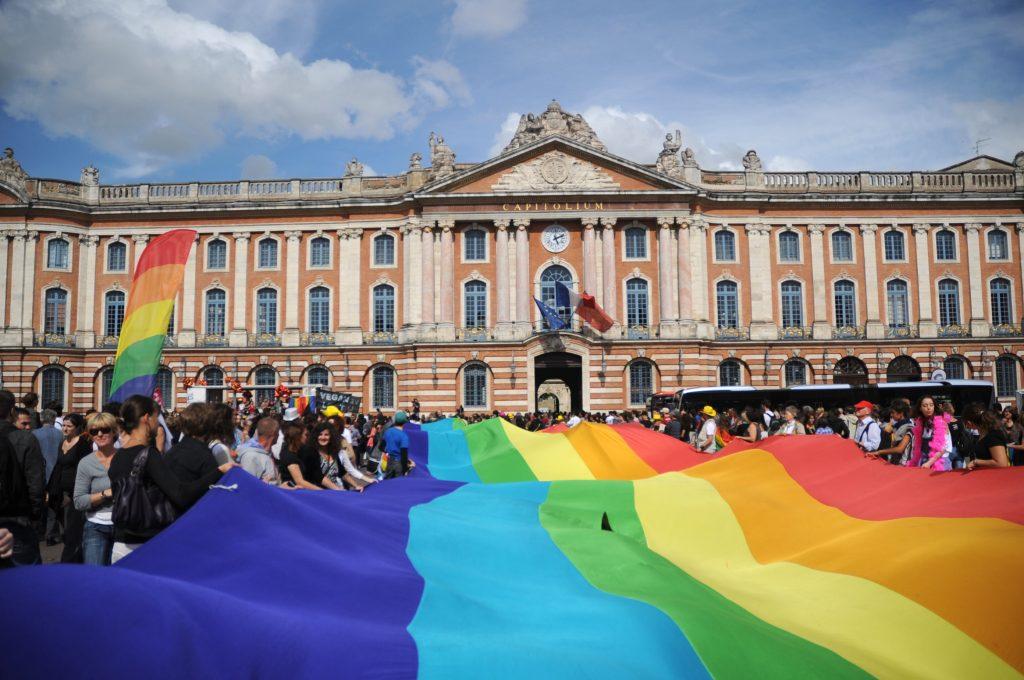 Marche des Fiertés ou Gay pride devant la mairie de Toulouse : Capitole