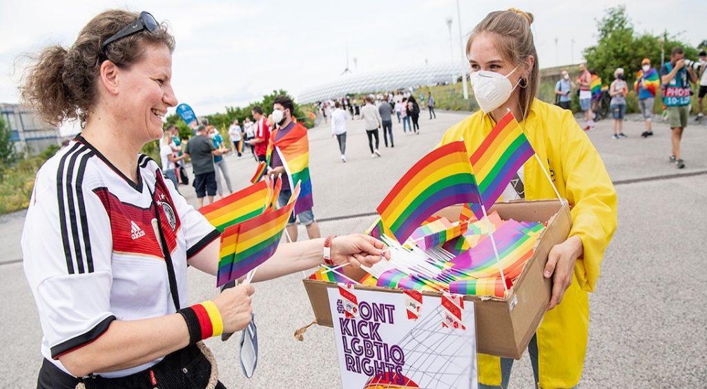 Amnesty International a distribué des drapeaux LGBT à Munich