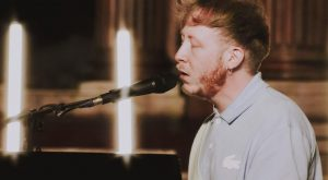 Eddy de Pretto a chanté dans une église samedi