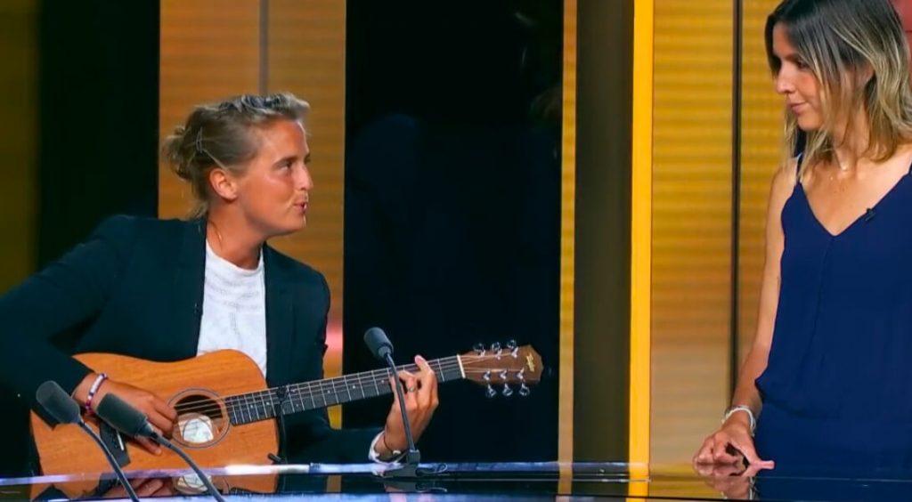 Pauline Déroulède chante à sa femme devant Clara Luciani : jolie séquence lesbienne love au 20H