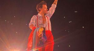 """Harry Styles a brandi le """"Bi Flag"""" lors d'un concert de sa tournée """"Love on Tour"""""""
