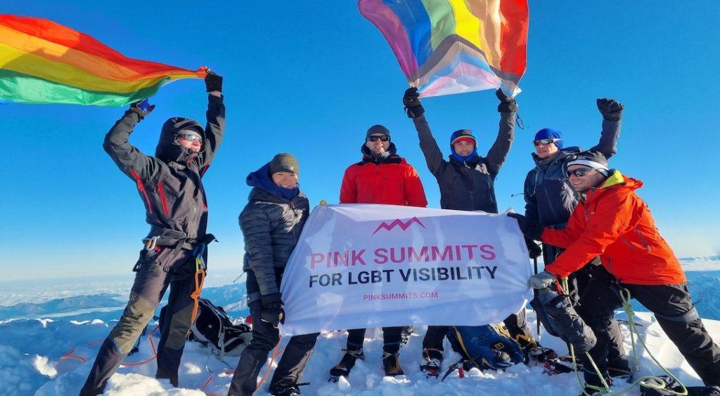 Pour la première fois, une expédition fait flotter le drapeau arc-en-ciel en haut du Mont-Blanc